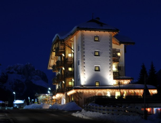 hotel-carpe-diem-vigo-di-fassa-winter-avond.jpg