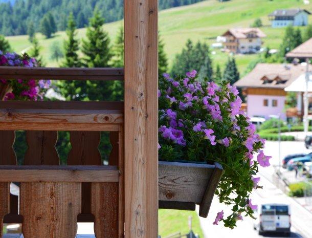 hotel-carpe-diem-vigo-di-fassa-balkon-bloemen.jpg