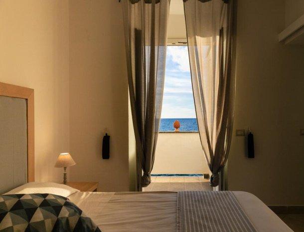 bed-and-breakfast-taliammari-cefalu-kamer-bed-zeezicht.jpg