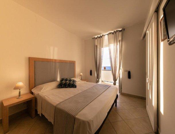 bed-and-breakfast-taliammari-cefalu-kamer-2-personen-zeezicht.jpg
