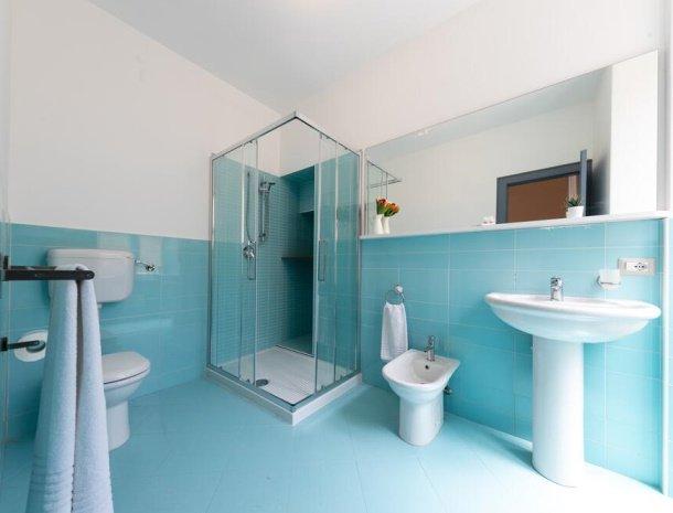 bed-and-breakfast-taliammari-cefalu-badkamer-blauw.jpg