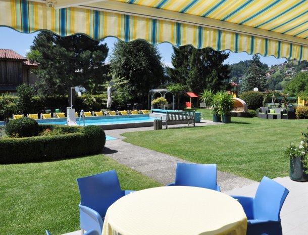 birkenhof-appartementen-dobriach-zwembad-vanaf-terras.jpg