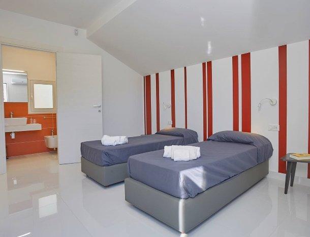 villa-adelfos-scopello-sicilië-slaapkamer-losse-bedden-badkamer.jpg