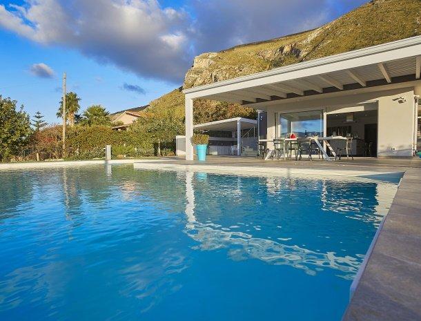 villa-adelfos-scopello-sicilië-zwembad-avond.jpg