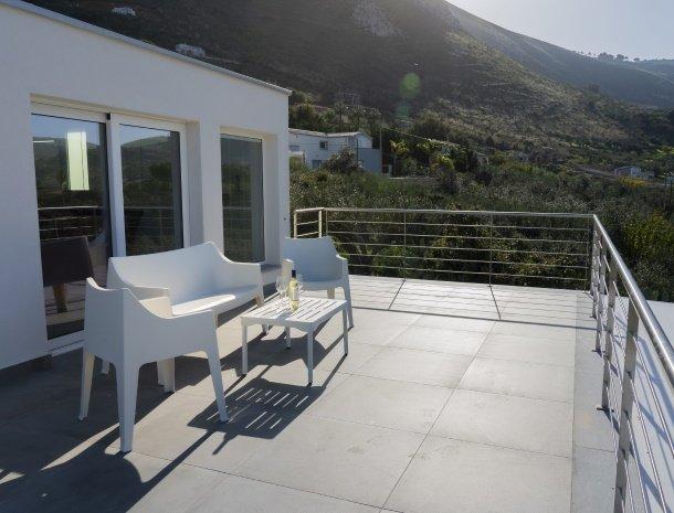 villa-adelfos-scopello-sicilië-terras-bij-slaapkamer.jpg