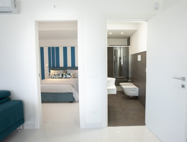 villa-adelfos-scopello-sicilië-slaapkamer-badkamer-begane-grond.jpg