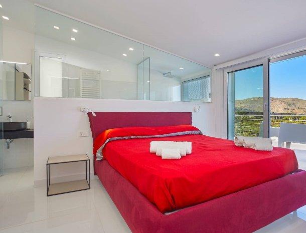 villa-adelfos-scopello-sicilië-slaapkamer-ensuite-badkamer.jpg