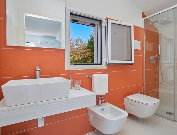 villa-adelfos-scopello-sicilië-badkamer-oranje.jpg