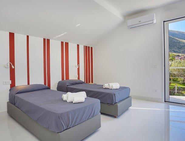 villa-adelfos-scopello-sicilië-slaapkamer-losse-bedden.jpg