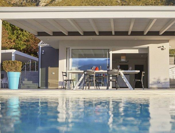 villa-adelfos-scopello-sicilië-zwembad-eettafel.jpg