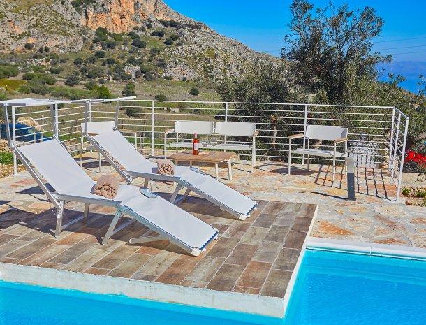 villa-montemar-scopello-sicilië-ligstoelen-zwembad.jpg