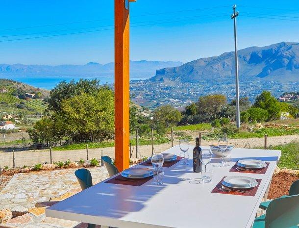 villa-montemar-scopello-sicilië-terras-eettafel-uitzicht.jpg