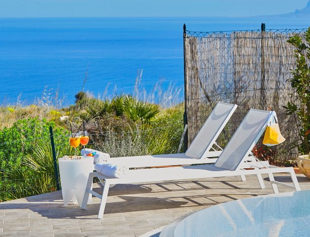 villa-tari-scopello-sicilië-ligstoelen-uitzicht-drankje.jpg