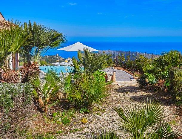 villa-tari-scopello-sicilië-palmbomen-zwembad.jpg
