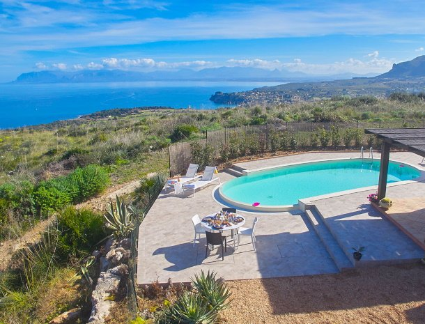 villa-tari-scopello-sicilië-zeezicht-zwembad.jpg