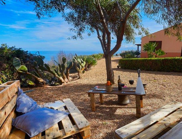 villa-tari-scopello-sicilië-zitje-tuin-wijn.jpg