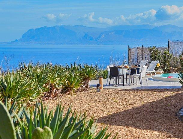 villa-tari-scopello-sicilië-tuin-uitzicht-zee.jpg