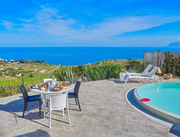 villa-tari-scopello-sicilië-zwembad-uitzicht-ligstoelen-eettafel.jpg