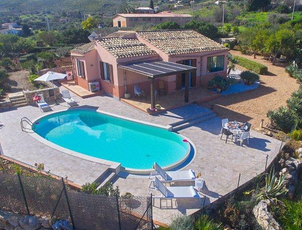 villa-tari-scopello-sicilië-overzicht-huis-tuin-zwembad.jpg