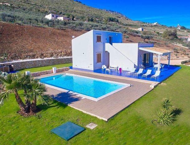 villa-ananda-scopello-sicilië-overzicht-ligging-berg.jpg
