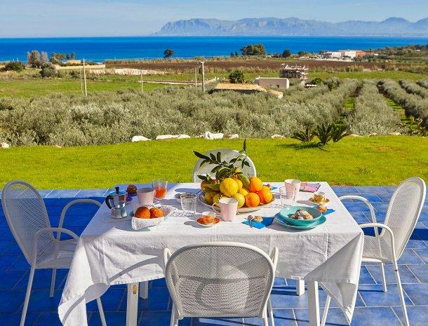 villa-ananda-scopello-sicilië-terras-zeezicht.jpg
