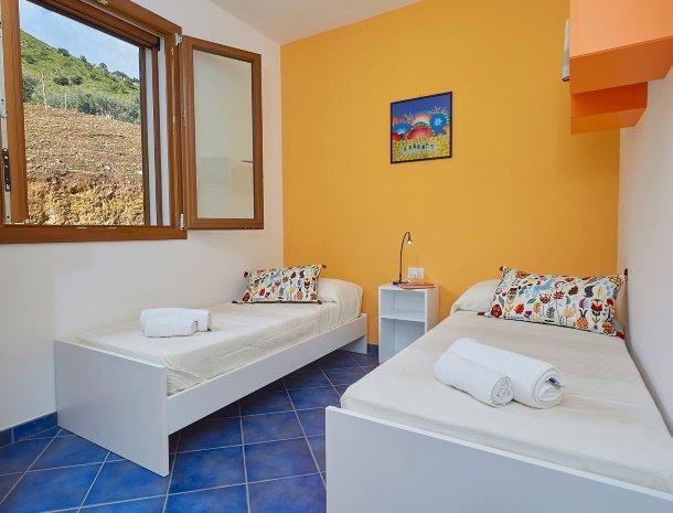 villa-ananda-scopello-sicilië-slaapkamer-losse-bedden.jpg