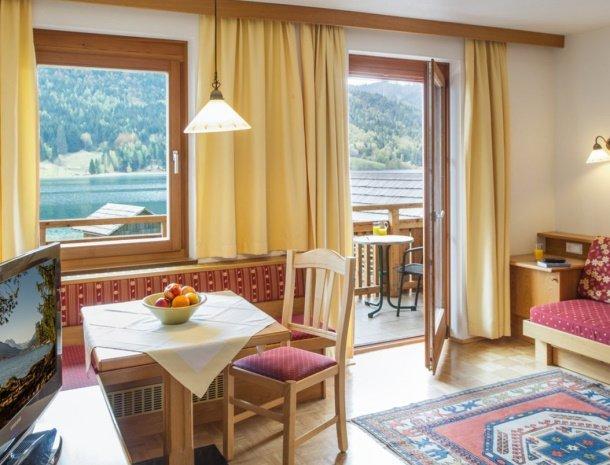 ferienhof-neusacher-weissensee-appartement-sonnenroschen-woonkamer.jpg