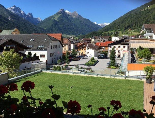 apartementen-krosbacher-fulpmes-tuin-uitzicht.jpg