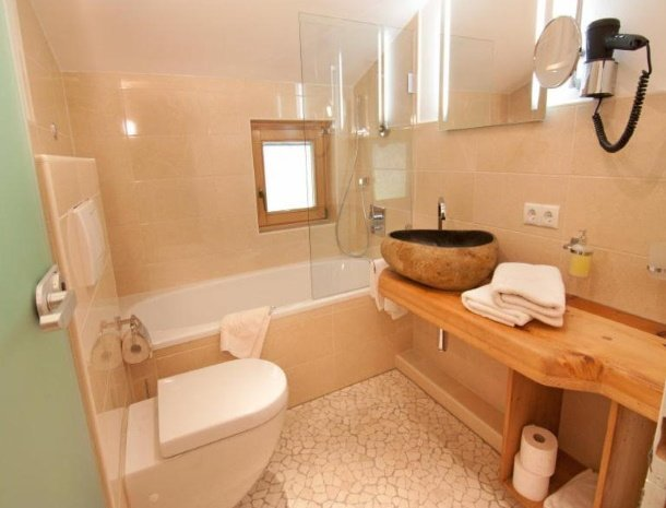apartementen-krosbacher-fulpmes-badkamer-bad.jpg