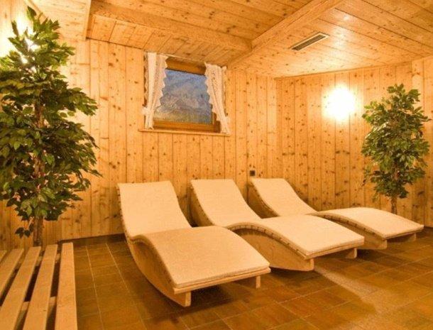 apartementen-krosbacher-fulpmes-sauna-ligstoelen.jpg