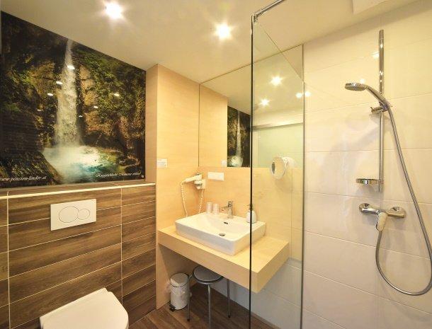 pension-linder-seeboden-millstattersee-badkamer-modern.jpg