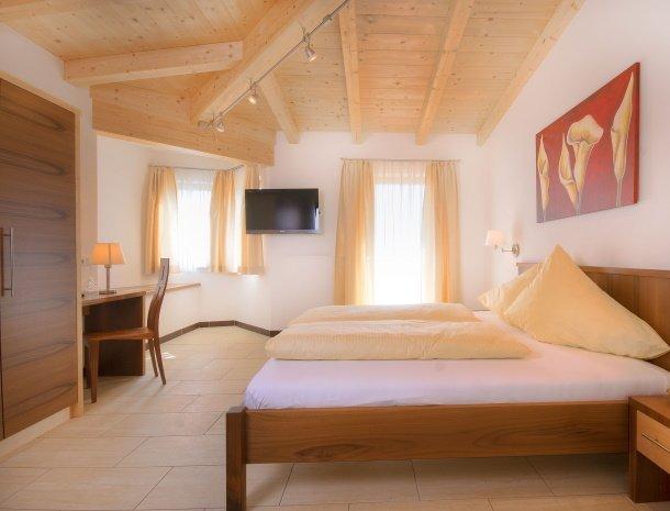 hotel-burgeck-krimml-slaapkamer-hout.jpg