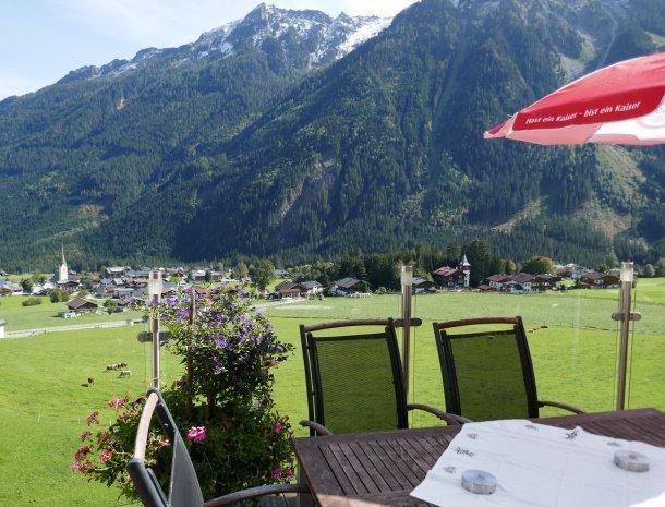 hotel-burgeck-krimml-terras-uitzicht-dorp.jpg