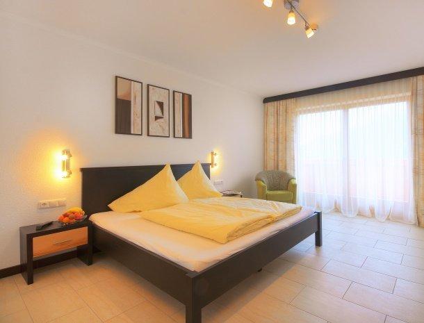 hotel-burgeck-krimml-2-persoonskamer-bed.jpg