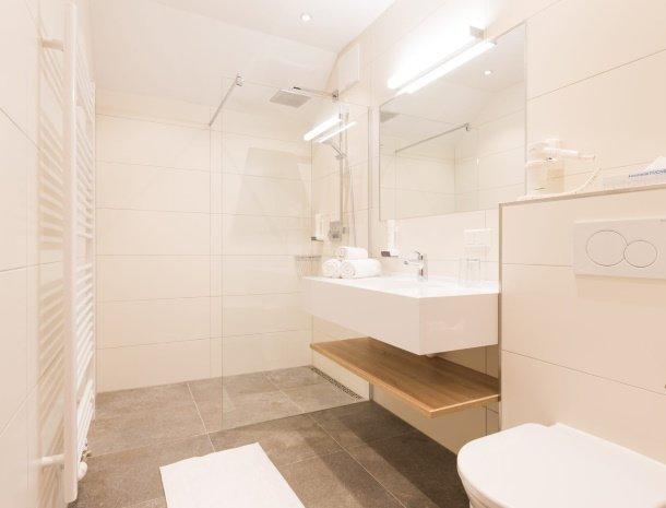 hotel-kirchenwirt-steiermark-kamer-dorfblick-badkamer.jpg