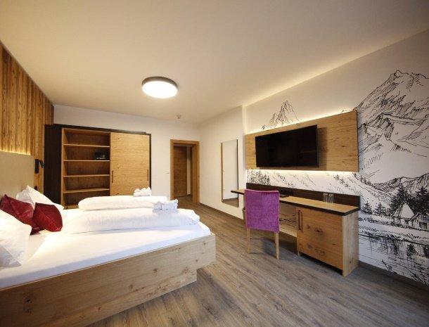 hotel-kirchenwirt-steiermark-kamer-dorfblick.jpg