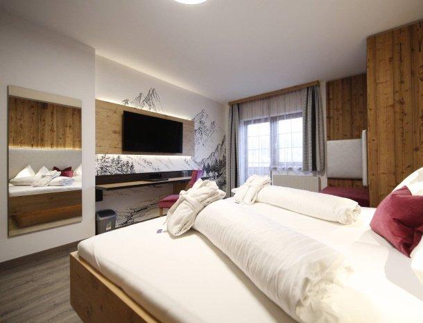 hotel-kirchenwirt-steiermark-kamer-dorfblick-gerenoveerd.jpg
