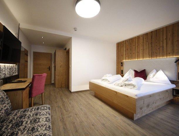 hotel-kirchenwirt-steiermark-kamer-dorfblick-bed.jpg