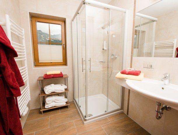hotel-kirchenwirt-steiermark-kamer-dachstein-badkamer.jpg
