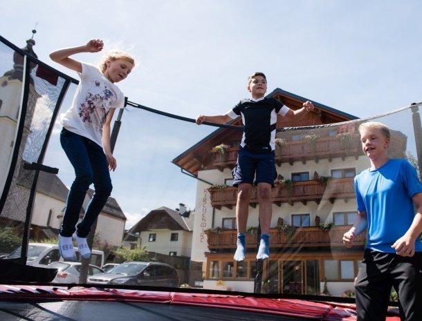 hotel-kirchenwirt-steiermark-trampoline.jpg