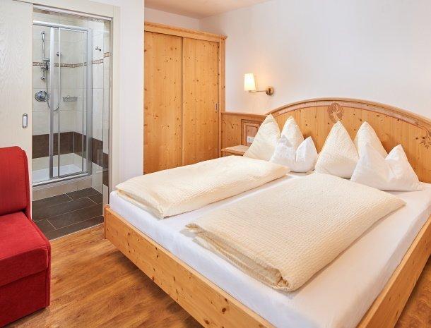 hotel-jaegerheim-flachau-slaapkamer-badkamer.jpg