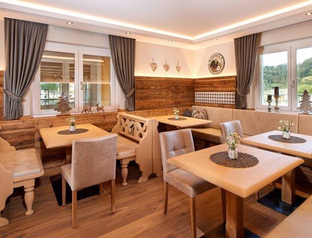 hotel-jaegerheim-flachau-ontbijtruimte-tafels.jpg