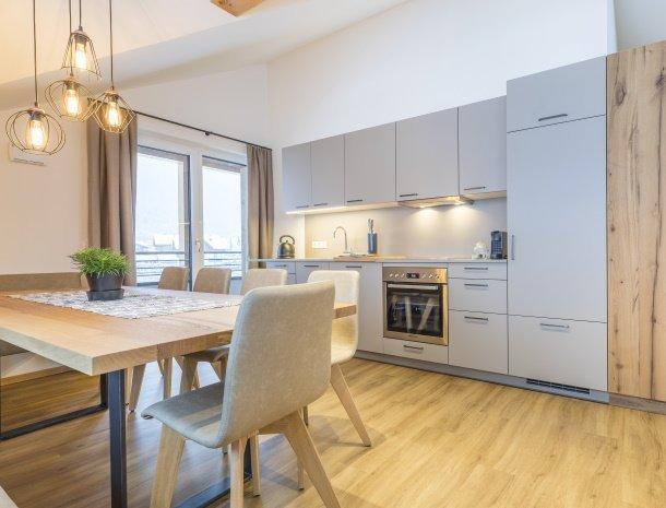 diebleibe-appartementen-flachau-salzburgerland-eettafel-keuken.jpg