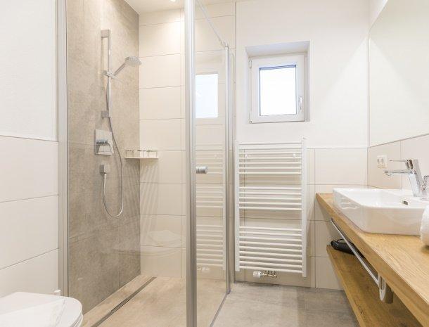 diebleibe-appartementen-flachau-salzburgerland-badkamer-douche.jpg