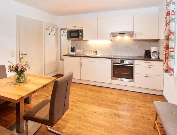 appartementen-jaegerheim-flachau-keuken-zithoek.jpg