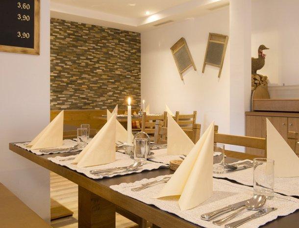 pension-hochjochstobli-schruns-vorarlberg-restaurant-sfeervolle-tafel.jpg