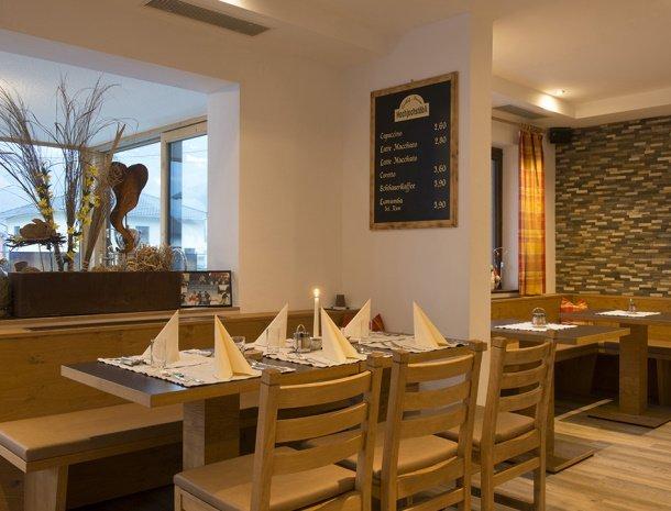 pension-hochjochstobli-schruns-vorarlberg-restaurant-tafel.jpg