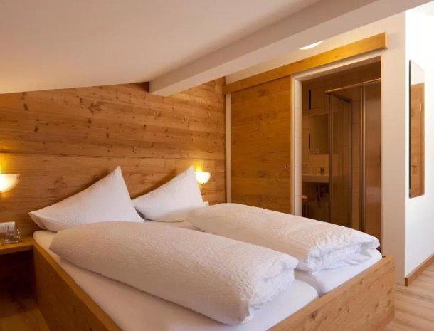 pension-hochjochstobli-schruns-vorarlberg-slaapkamer-badkamer.jpg
