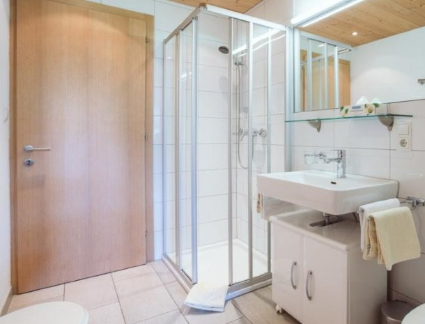 alpenapart-montafon-tschagguns-vorarlberg-appartement-1-badkamer.jpg