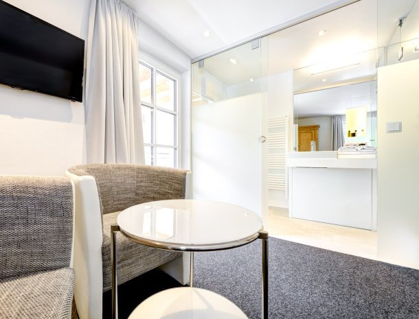 hotel-lun-brand-brandnertal-vorarlberg-slaapkamer-zitje-badkamer.jpg